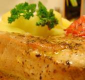 Steak z čerstvého tuňáka s rajčaty