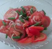Rajčatový salát s fazolovými lusky